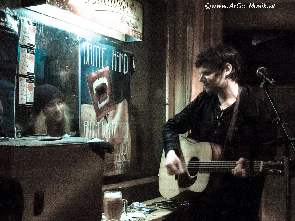 Der Nino spielt sich durchs Fenster im Cafe Stadtbahn